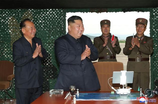 Photo diffusée le 25 août 2019 par l'agence nord-coréenne Kcna du dirigeant nord-coréen Kim Jong Un (c) lors d'un test de lance-missiles multiples, le 24 août 2019 en Corée du Nord [KCNA VIA KNS / KCNA VIA KNS/AFP]