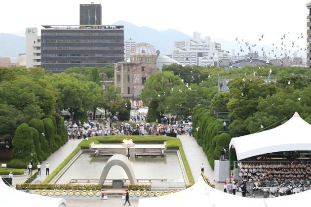 Lâcher de colombes lors des cérémonies pour le 74e anniversaire de l'attaque nucléaire sur Hiroshima, le 6 août 2019 au Mémorial pour la paix à Hiroshima [JIJI PRESS / JIJI PRESS/AFP]