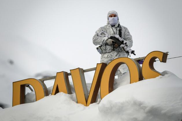 Un policier se tient sur le toit d'un hôtel à Davos (Suisse), le 21 janvier 2019 [Fabrice COFFRINI / AFP]