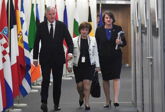 Arlene Foster, cheffe de file du DUP (à droite), accompagnée de la députée européenne du DUP Diande Dodds (au centre) et du négociateur du Brexit pour l'UE, Michel Barnier, le 9 octobre 2018, à Bruxelles [Emmanuel DUNAND / POOL/AFP/Archives]
