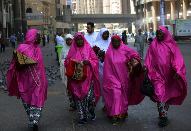 Des fidèles musulmanes venues effectuer le hajj marchent à La Mecque le 16 août 2018 [AHMAD AL-RUBAYE / AFP]