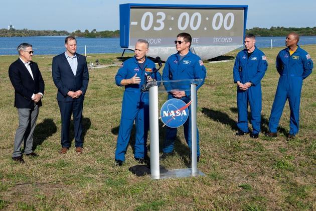 Jim Bridenstine avec les astronautes qui voyageront à bord des capsules de SpaceX et Boeing, lorsqu'elles auront été certifiées, le 1er mars 2019 au Centre spatial Kennedy<br /> [Jim WATSON / AFP]