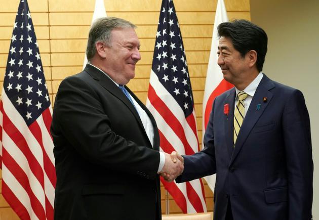 Le secrétaire d'Etat américain Mike Pompeo et le Premier ministre japonais Shinzo Abe, le 6 octobre 2018 à Tokyo [Eugene Hoshiko / POOL/AFP]