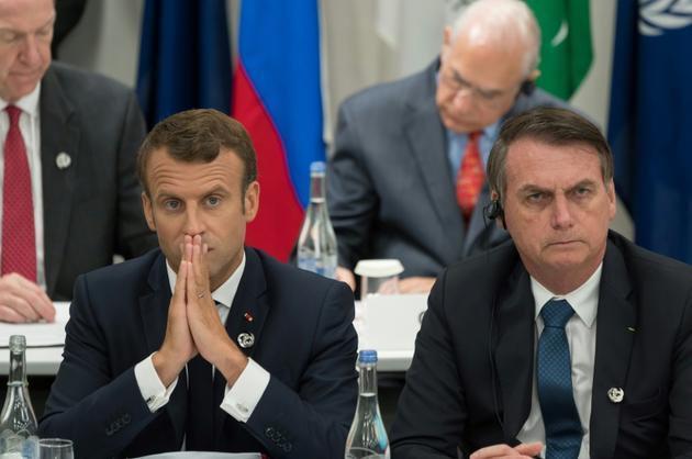 Les présidents français et brésilien Emmanuel Macron (g) et Jair Bolsonaro, le 28 juin 2019 au sommet du G20 à Osaka (Japon) [Jacques Witt / POOL/AFP/Archives]
