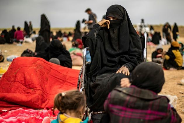Une femme et ses enfants tout juste sortie du dernier réduit du groupe Etat islamique en Syrie, près de Baghouz, le 5 mars 2019 [Delil SOULEIMAN / AFP]