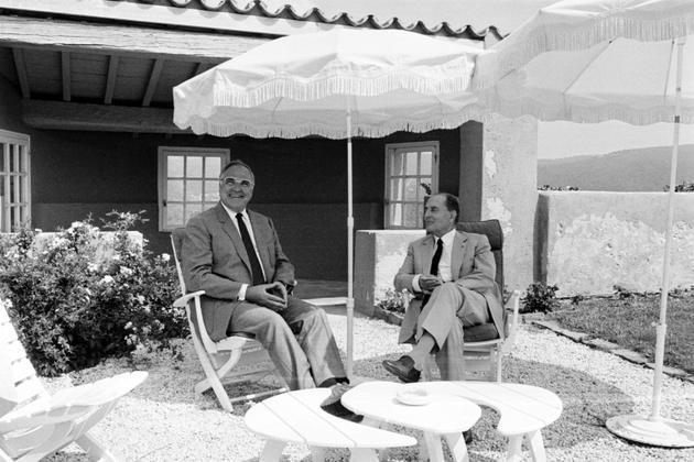 Le président français François Mitterrand reçoit le Chancellier allemand Helmut Kohl au fort de Brégançon, le 24 août 1985 [PIERRE CIOT / AFP/Archives]