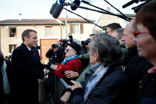 Emmanuel Macron rencontre des habitants des Eparges, le 6 novembre 2018 [Francois Mori / POOL/AFP]