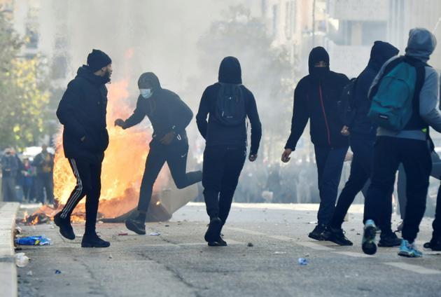 Des manifestants jettent des projectiles en direction des forces de l'ordre à Marseille, le 6 décembre 2018 [GERARD JULIEN / AFP]
