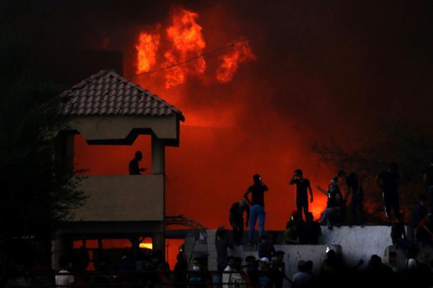 Des manifestants irakiesn devant un bâtiment officiel en feu lors de protestations le 6 septembre 2018 à Bassora, dans le sud de l'Irak [Haidar MOHAMMED ALI / AFP]