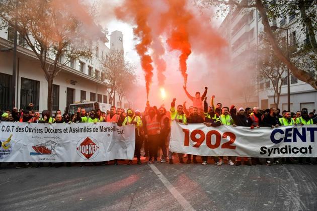 Dockers dans la manifestation contre la réforme des retraites, à Marseille le 5 décembre 2019 [CLEMENT MAHOUDEAU / AFP]