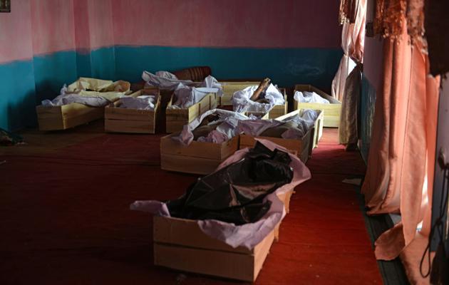 Les victimes d'un affrontement avec les talibans reposent dans la mosquée d'un hôpital de Ghazni en Afghanistan, le 12 août 2018 [Mohammad Anwar Danishyar / AFP]