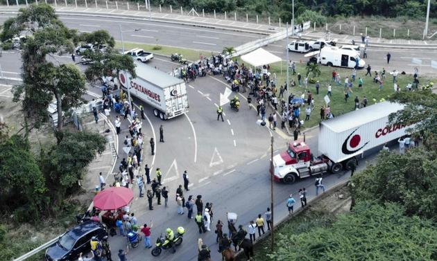 Vue aérienne de camions chargés d'aide humanitaire le 8 février 2019 près du pont international de Tienditas, à la frontière de la Colombie et du Venezuela [Edinson ESTUPINAN / AFP]