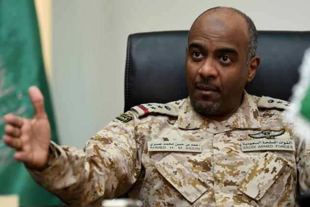 Le général saoudien Ahmed al-Assiri, porte-parole de la coalition militaire intervenant au Yémen , le 16 mars 2016 lors d'une interview avec l'AFP à Ryad [FAYEZ NURELDINE / AFP/Archives]