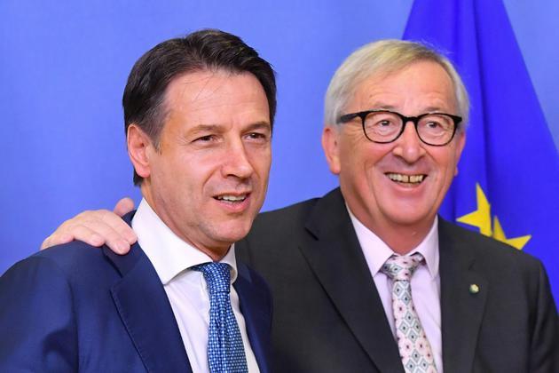 Le Premier ministre italien Giuseppe Conte et le président de la Commission européenne Jean-Claude Juncker à Bruxelles le 24 novembre 2018. [Emmanuel DUNAND / AFP]