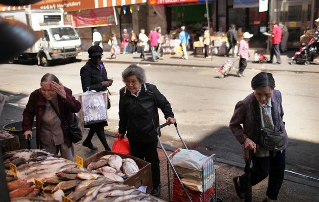 Des personnes âgées font leur marché, le 19 avril 2012 dans le quartier Chinatown de New York [Spencer Platt / Getty Images/AFP/Archives]