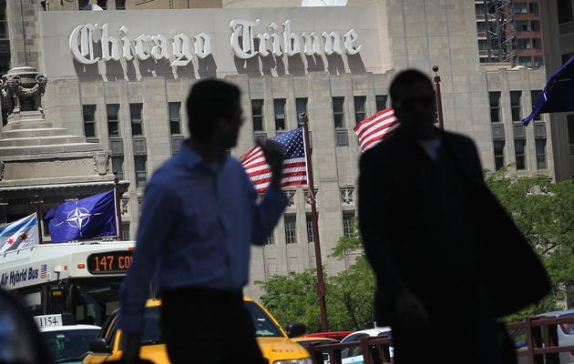 Des passants dans une rue de Chicago devant le siège du journal Chicago Tribune, en juin 2012 [Scott Olson / Getty Images/AFP/Archives]