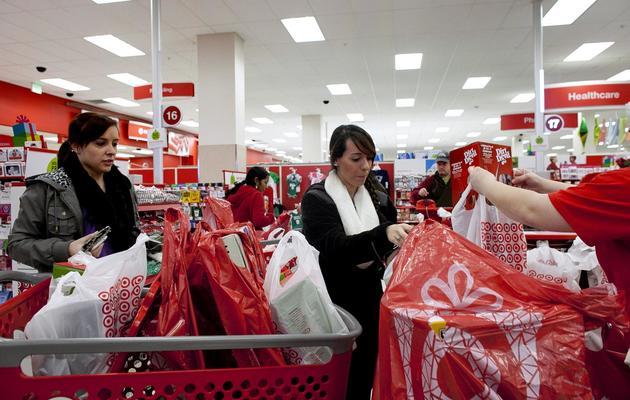 """Des américaines profitent des bonnes affaires du """"Black Friday"""", le 23 novembre 2012 à Braintree au Etats-Unis [Allison Joyce / Getty Images/AFP]"""