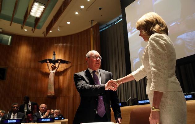 Le Britannique Alistair Burt signe le traité sur le commerce des armes, à New York le 3 juin 2013 [Spencer Platt / Getty Images/AFP]