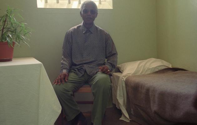 Nelson Mandela visite le 10 février 1995 son ancienne cellule à la prison de Robben Island, au large du Cap [Guy Tillim / AFP/Archives]