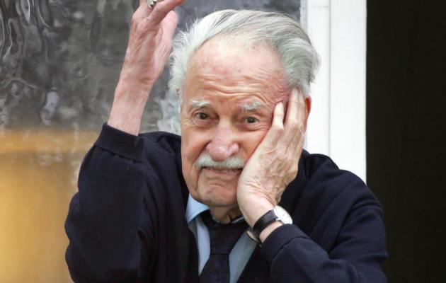 """L'éditeur Maurice Nadeau pose le 23 mai 2006 à Paris, dans les locaux de sa revue """"La Quinzaine Littéraire"""" [Joel Saget / AFP/Archives]"""