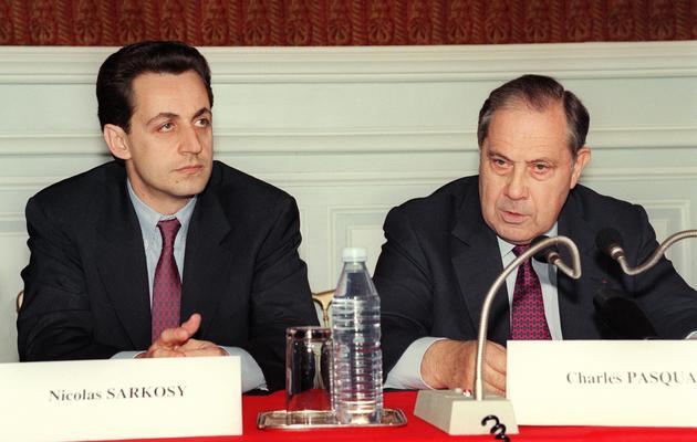 Le député-maire de Neuilly, Nicolas Sarkozy, et le ministre de l'Intérieur, Charles Pasqua, le 15 mai 1993, à l'issue de la prise d'otage à Neuilly sur-Seine [Pierre Verdy / AFP/Archives]