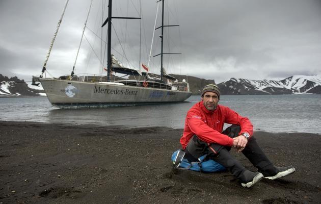 Mike Horn pose sur une rive de Deception Island en Antarctique, devant son voilier Pangaea, en octobre 2008 [Martin Bureau / AFP/Archives]