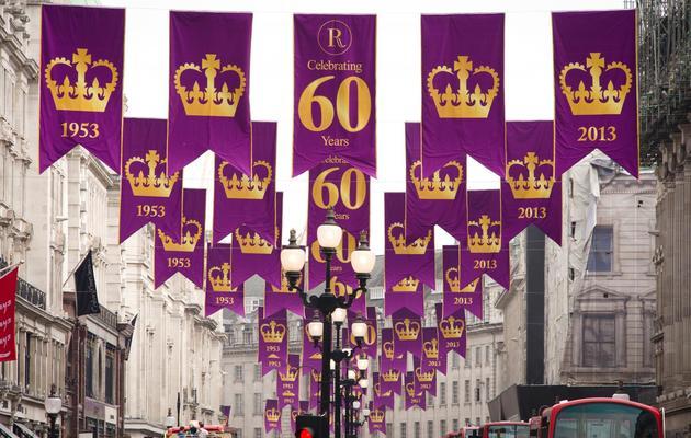 Des annonces du 60e anniversaire du couronnement d'Elizabeth II, le 31 mai 2013 dans les rues de Londres [Leon Neal / AFP]