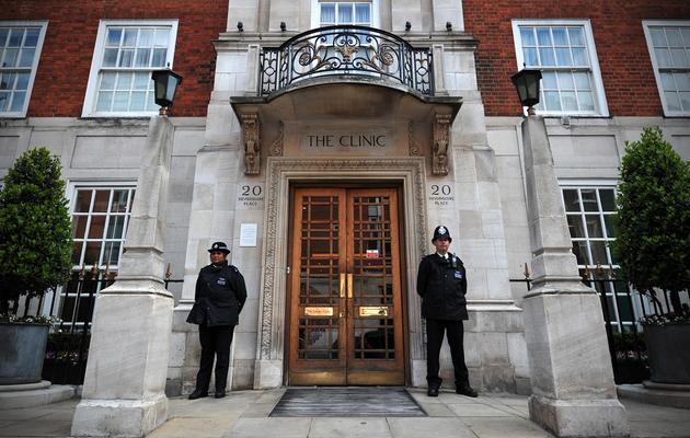 Des policiers gardent l'entrée de l'hôpital privé où le prince Philip est hospitalisé, le 8 juin 2013 à Londres [Carl Court / AFP]