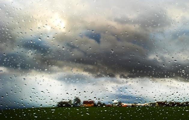 Des gouttes de pluie sur une vitre [Arno Burgi / AFP/DPA/Archives]