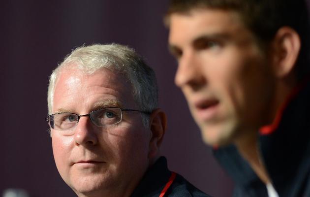Bob Bowman (g), l'entraîneur américain de Michael Phelps, lors d'une conférence de presse aux jeux Olympiques de Londres, le 26 juillet 2012 [Martin Bureau / AFP/Archives]
