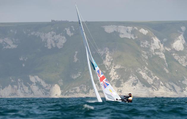 Le Britannique Andrew Simpson et son coéquipier Iain Percy naviguent le 3 août 2012 à Weymouth, en Grande-Bretagne [William West / AFP]