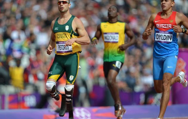 Oscar Pistorius (g) participe au 400m des  jeux Olympiques de Londres avec les athlètes valides, le 4 août 2012 [Eric Feferberg / AFP]