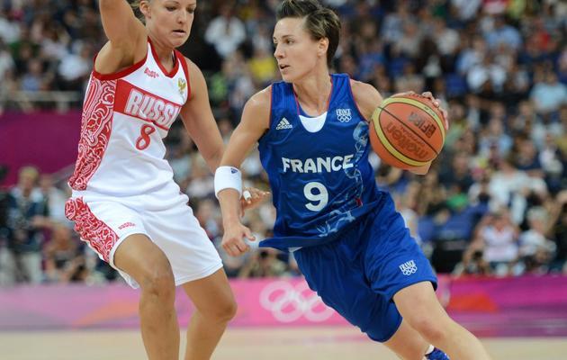 La Française Celine Dumerc (d) lors des demi-finales des jeux Olympiques contre la Russie, le 9 août 2012, à Londres [Timothy A. Clary / AFP/Archives]