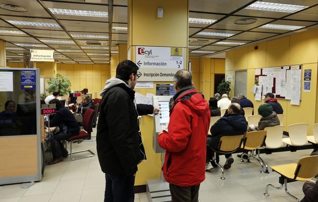 Des gens font la queue dans une agence pour l'emploi le 4 février 2013 à Burgos, en Espagne [Cesar Manso / AFP/Archives]