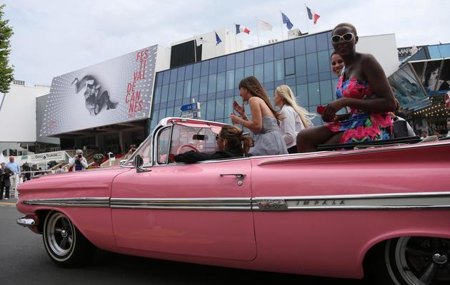 Des jeunes filles dans une Chevrolet, sur la croisette à Cannes, le 15 mai 2013 [Loic Venance / AFP/Archives]