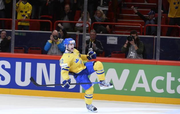 Le Suédois Fredrik Pettersson réagit à son tir au but victorieux contre le Canada, le 16 mai 2013 à Stockholm [Jonathan Nackstrand / AFP]