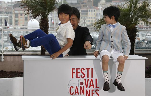 """Le réalisateur Japonais Hiratsu Kore-Eda et deux jeunes acteurs de son film """"Tel père, tel fils"""", le 18 mai 2013 à Cannes [Valery Hache / AFP]"""
