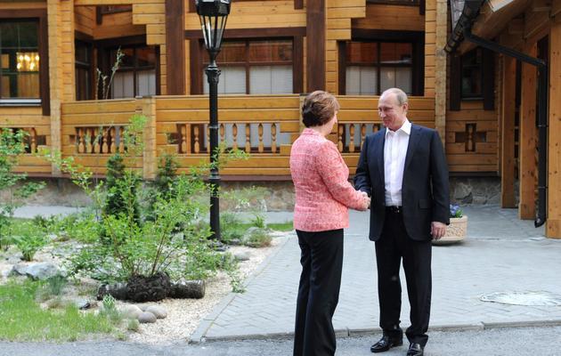 Le président russe Vladimir Poutine accueille la chef de la diplomatie européenne Catherine Ashton, le 3 juin 2013 à Ekaterinbourg, dans l'Oural [Mikhail Klimentyev / Ria-Novosti/AFP]