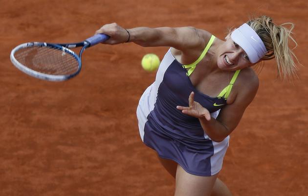 La Russe Maria Sharapova au service, en demi-finales à Roland-Garros, le 6 juin 2013 [Kenzo Tribouillard / AFP]