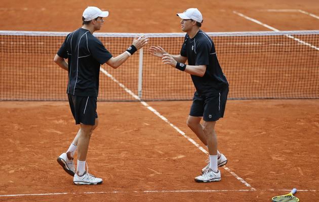 Les frères Bob et Mike Bryan après leur victoire en fin ale du double de Roland-Garros le 8 juin 2013 à Paris [Patrick Kovarik / AFP]