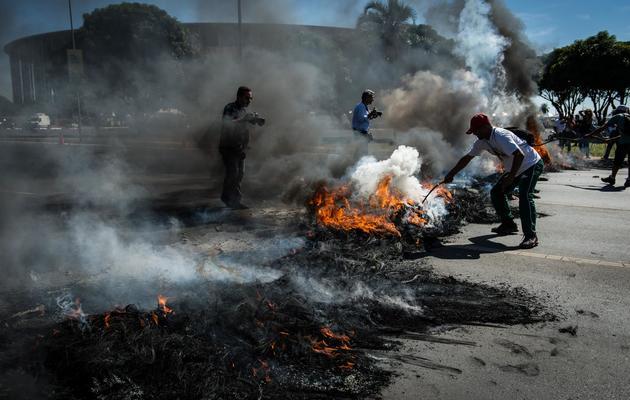 Des manifestants bloquent avec des pneus en flamme l'accès au stade de Brasilia, le 14 juin 2013 [Yasuyoshi Chiba / AFP]