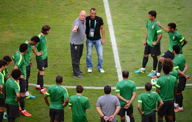 Le sélectionneur brésilien Luiz Felipe Scolari et l'ancien joueur, Cafu, s'adressent aux joueurs de la sélection, le 14 juin 2013 à Brasilia [Christophe Simon / AFP]
