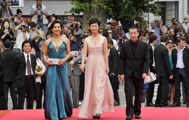 Les actrices Joan Chen (g) et Zhao Tao accompagnent le réalisateur Zia Zhang-Ke, le 17 mai 2008 au Festival de Cannes [Anne-Christine Poujoulat / AFP/Archives]