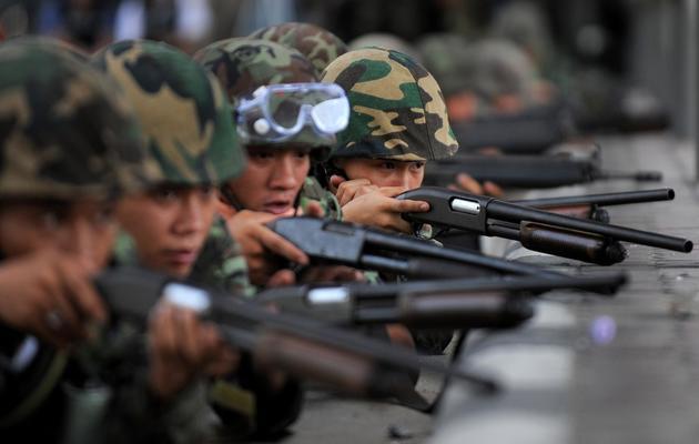 """Des soldats thaïlandais prennent position le 19 mai 2013 à Bangkok lors de manifestations des """"Chemises rouges"""" [Manan Vatsyayana / AFP/Archives]"""