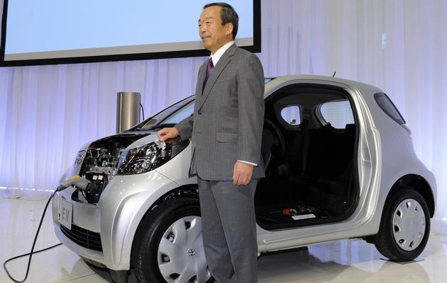 """Le vice-président de Toyota, Takeshi Uchiyamada, présente le modèle électrique """"iQ"""" à Tokyo le 18 novembre 2010 [Yoshikazu Tsuno / AFP/Archives]"""