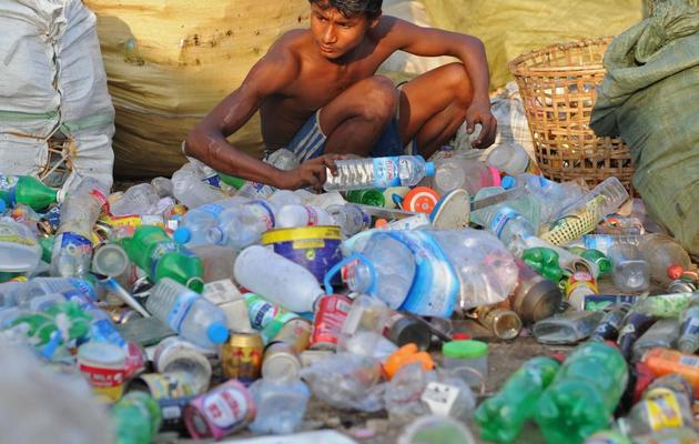 Un employé birman trie des bouteilles en plastiques le 31 janvier 2013 à Rangoun [Soe Than Win / AFP/Archives]
