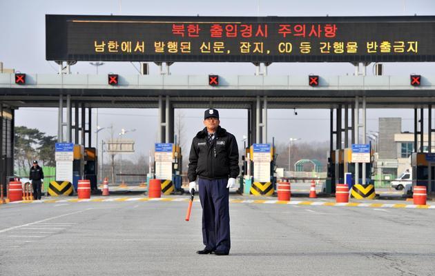 Un garde sud-coréen devant le poste frontière menant site industriel intercoréen Kaesong, le 8 avril 2013 [Jung Yeon-Je / AFP]