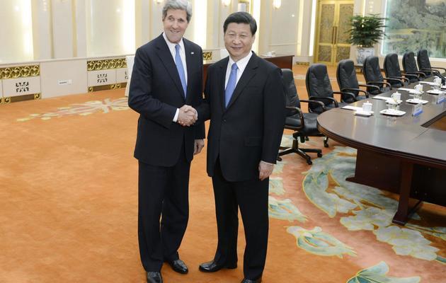 Le président chinois Xi Jinping et le secrétaire d'Etat américain John Kerry le 13 avril 2013 à Pékin [Yohsuke Mizuno / AFP/Pool/Archives]