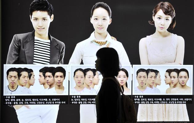 Campagne publicitaire pour remodeler le visage, le 22 mai 2013 dans le métro de Séoul [Jung Yeon-Je / AFP]
