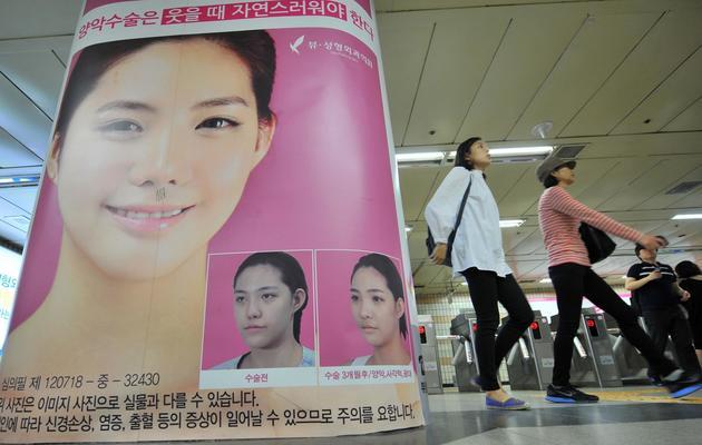 Une affiche pour vanter les opérations esthétiques, le 22 mai 2013, dans le métro de Séoul [Jung Yeon-Je / AFP]